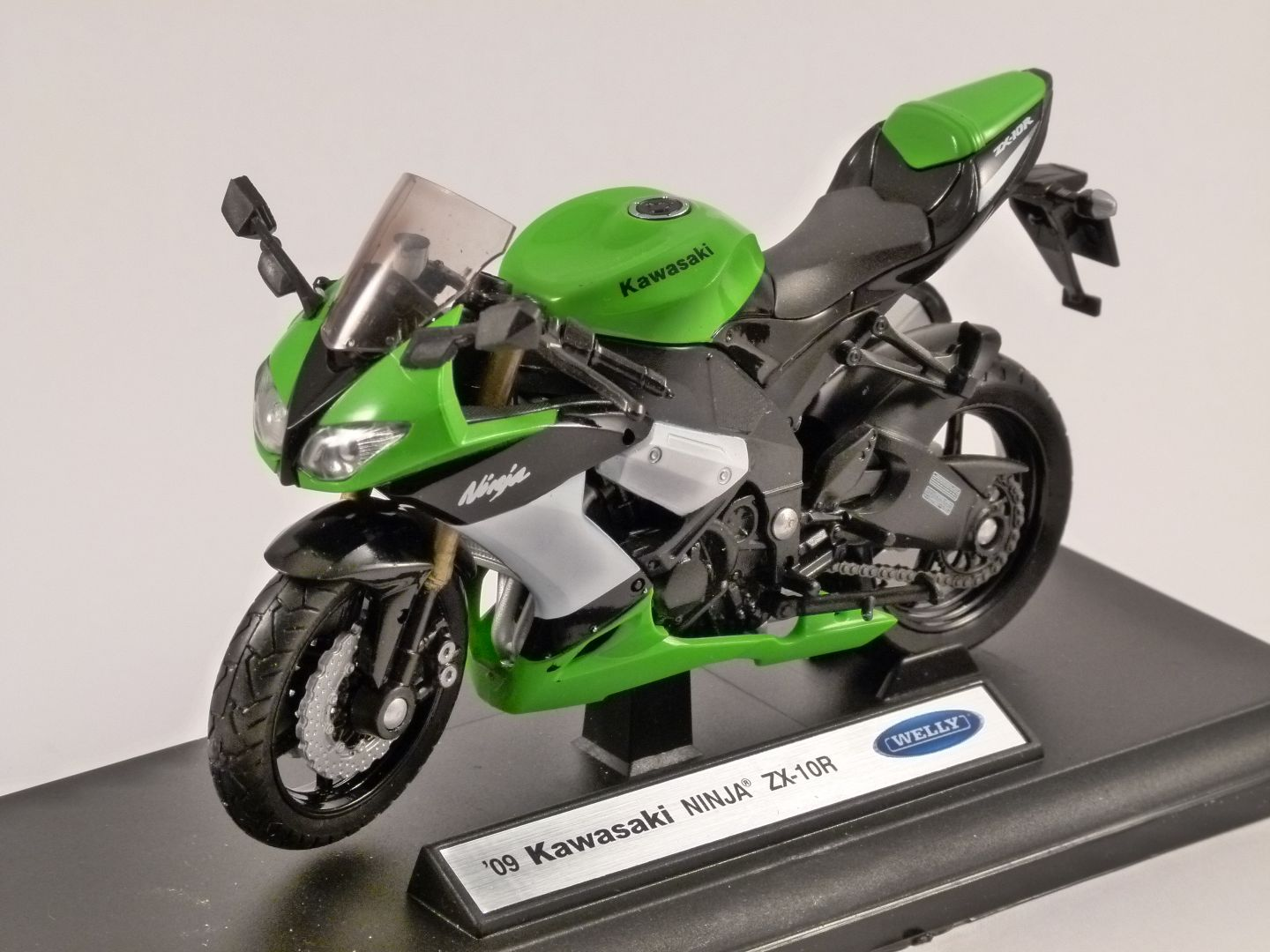KAWASAKI NINJA ZX-10R in Green 1/18 scale model by WELLY