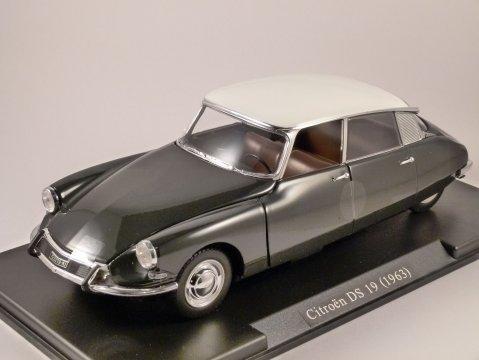 1963 CITROEN DS 19 in Black 1/24 scale partwork model