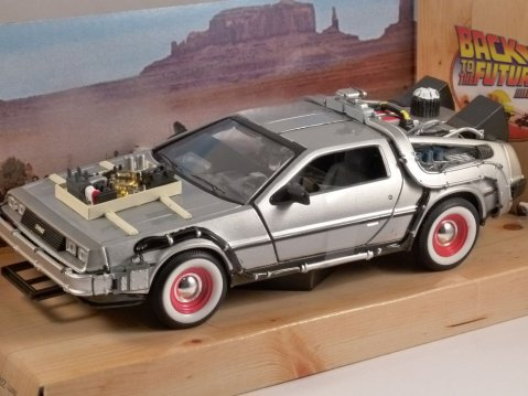 DELOREAN TIME MACHINE Back To The Future 3 1/24 scale model by WELLY