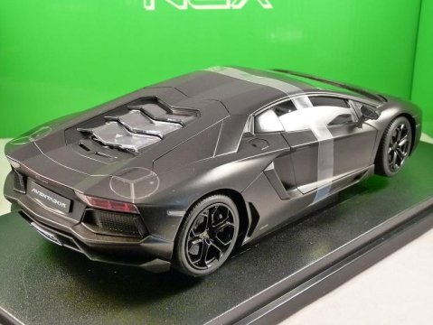 LAMBORGHINI AVENTADOR LP 700-4 in Black 1/18 scale model by WELLY