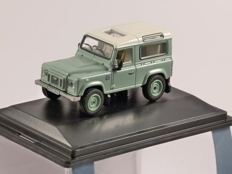 LAND ROVER DEFENDER Heritage in Green - 1/76 scale model OXFORD DIECAST