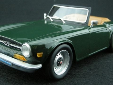 TRIUMPH TR6 in Green 1/18 scale resin model by LS Collectables