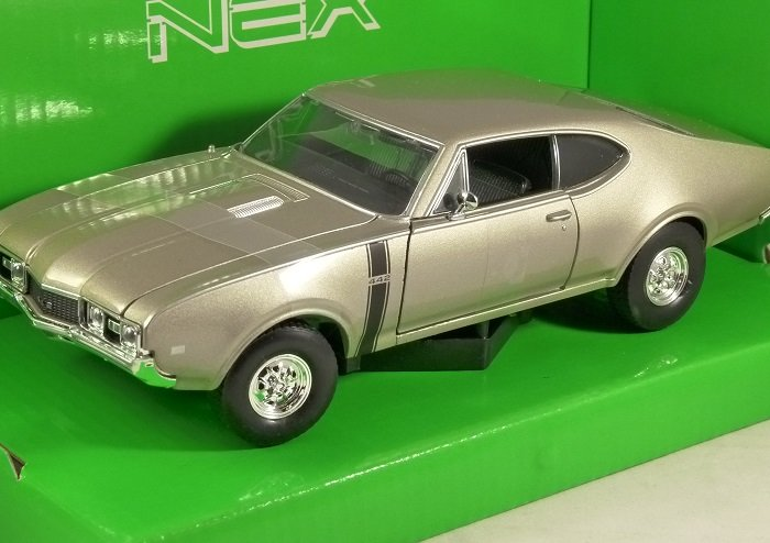 1968 OLDSMOBILE 442 in Gold 1/24 scale model by WELLY