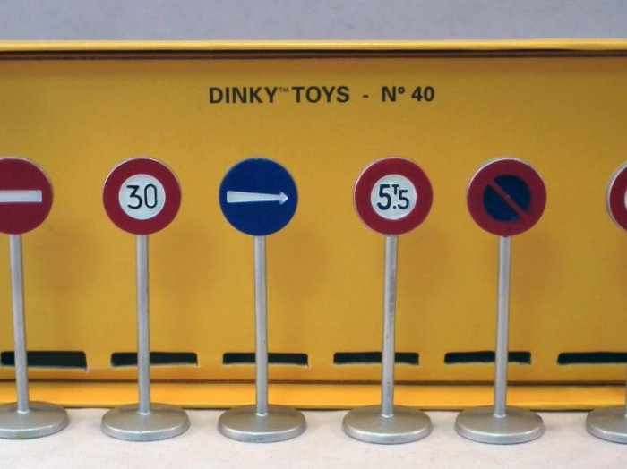 6 PIECE CLASSIC ROAD SIGN SET Atlas Dinky Reproduction scale diecast model