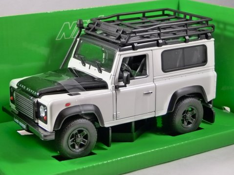 LAND ROVER DEFENDER in White 1/24 scale model by WELLY
